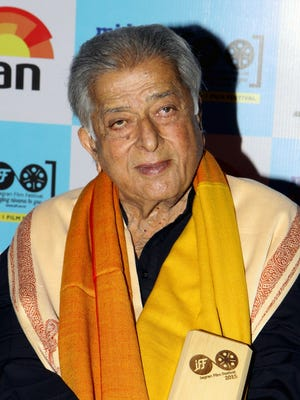 Shashi Kapoor receives a lifetime achievement award at the closing ceremony of the Jagran Film Festival in Mumbai.