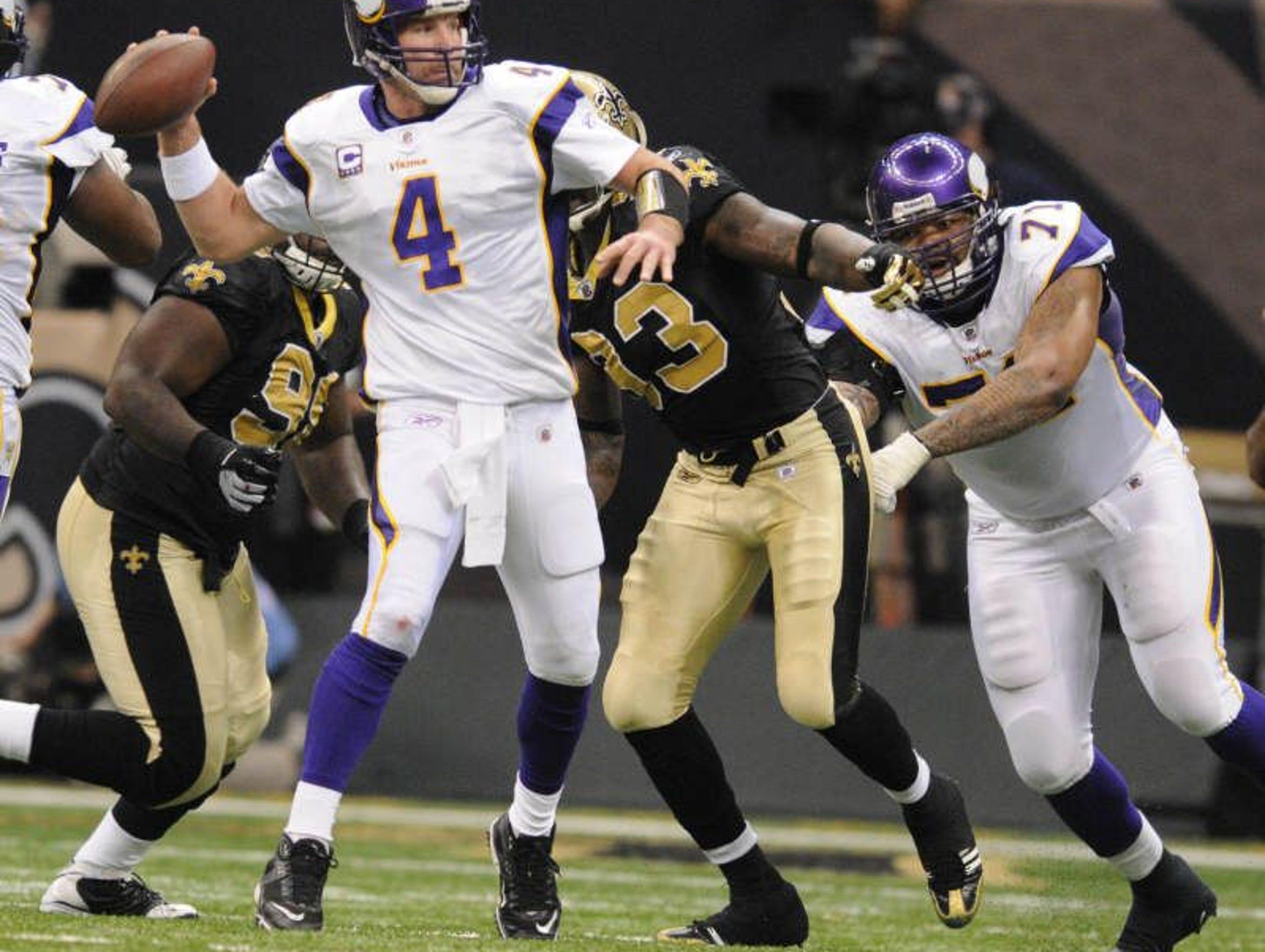 Minnesota Vikings quarterback Brett Favre looks for