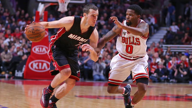 Miami Heat guard Goran Dragic (7) drives against Chicago Bulls guard Aaron Brooks (0) during the second half at the United Center. Miami won 118-96.