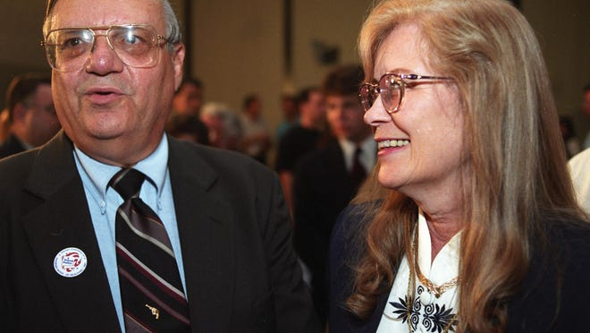 El sheriff Joe Arpaio y su esposa Ava Arpaio durante una noche de elecciones en septiembre de 1996. La MCSO anunció el jueves que Ava ha sido diagnosticada con cáncer.
