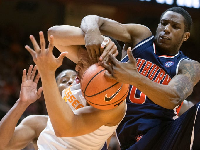 Tennessee's Grant Williams gets tangled up with Auburn's