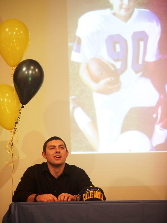 -JUNIOR ESPITIA SIGNING DAY 7396.jpg_20120201.jpg