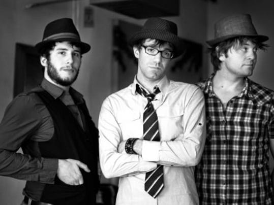 Stephen Kellogg & the Sixers blend carols and covers into sets during its holiday tour.