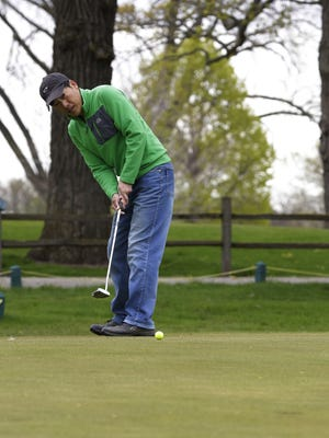 Seonguk Joo putts on the 9th hole at Lakeshore Municipal Golf Course in Oshkosh.