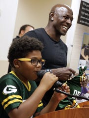 Former Green Bay Packers wide receiver Donald Driver smiles as Kaeden Harris, 10, announces the raffle winner of a Driver jersey on Aug. 11, 2017 during a fan tour stop at the Boys & Girls Club of Greater Green Bay. Sarah Kloepping/USA TODAY NETWORK-Wisconsin