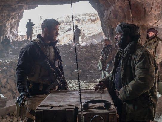 Mitch Nelson (Chris Hemsworth, left) strategizes with