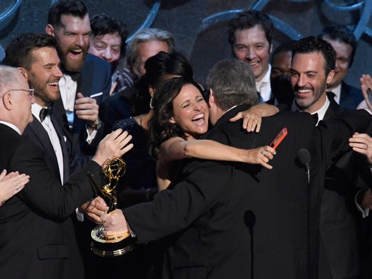 Julia Louis-Dreyfus and cast and crew from Veepí celebrate