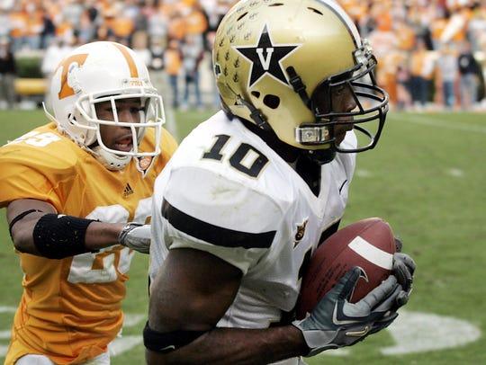 Vanderbilt receiver Earl Bennett (10) pulls in a pass