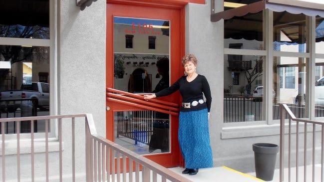 Theresa Hamm, miembro de la junta de Flickr y coordinadora de la campaña de 2015, se encuentra en la entrada del New Host Hall y el Western Heritage Museum.