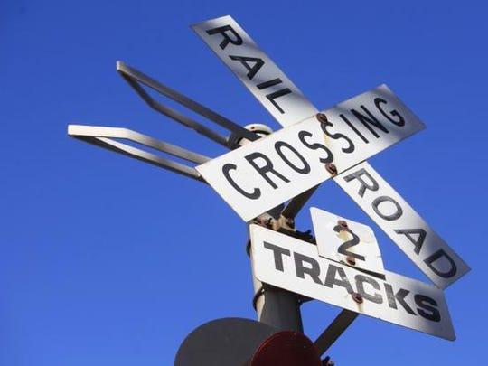 Railroad crossing warning signal