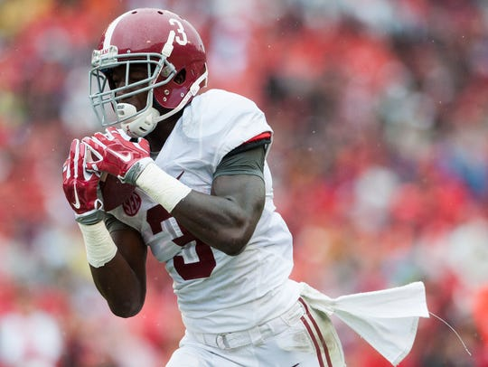 Alabama wide receiver Calvin Ridley (3) hauls in a