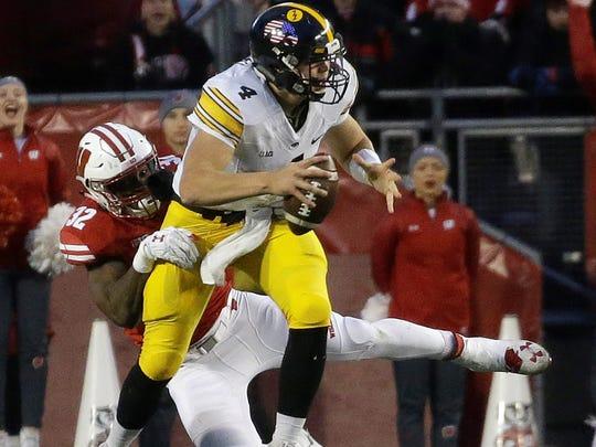Wisconsin's Leon Jacobs sacks Iowa's Nathan Stanley