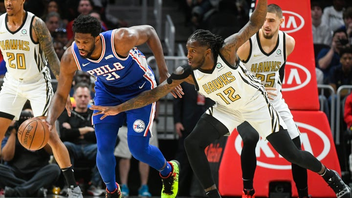 Young's last-second jumper lifts Hawks past 76ers 129-127