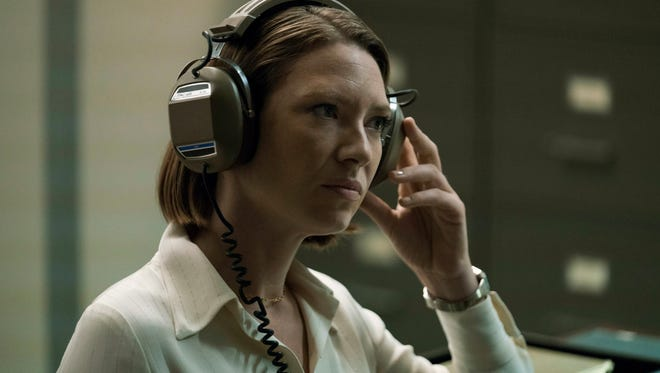 Dr. Wendy Carr (Anna Torv) is a no-nonsense psychology professor who works with the FBI in Netflix period drama 'Mindhunter.'