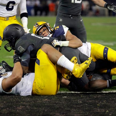 Army quarterback Ahmad Bradshaw, center, falls into the end zone for a touchdown in the second half of the Army-Navy NCAA college football game in Baltimore, Saturday, Dec. 10, 2016. Army won 21-17. (AP Photo/Patrick Semansky)