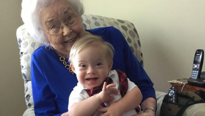 A photo of one of the earliest Gerber babies posing with today's Gerber baby has blown up the Internet - Twitter, to be specific.
