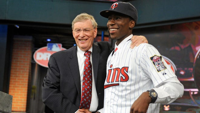MLB Commissioner Bud Selig poses with Florida State signee Nick Gordon during the first round of the MLB draft.
