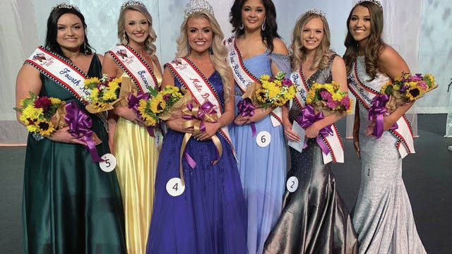 Mule Day queen Kayla Gibson, center, with her court, from left, Madalyn Aviles, Katie Boshers, Graciee English, Jenna St. Pierre and Carleigh Thomason. (Staff photo by James Bennett) Mule Day queen Kayla Gibson, center, with her court, from left, Madalyn Aviles, Katie Boshers, Graciee English, Jenna St. Pierre and Carleigh Thomason.