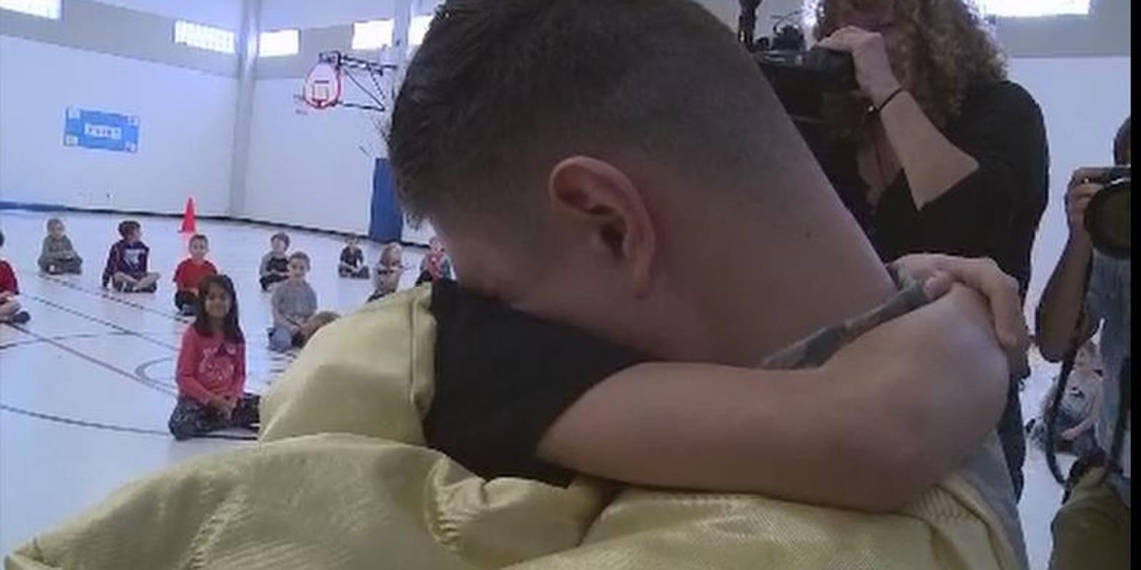 U s airman returns home surprises son at school for Www the house com returns
