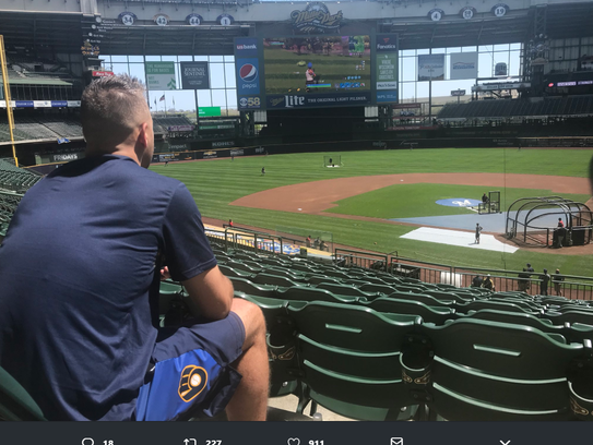 "Brewers reliever Dan Jennings plays ""Fortnite"" on Miller"