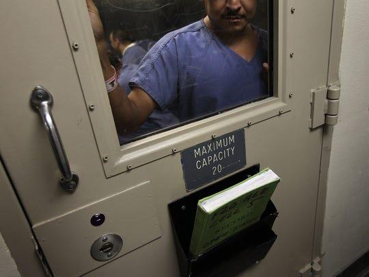 Grupos en pro de los derechos civiles piden reformas a las condiciones en las que están sometidos los indocumentados mientras se encuentran en detención.