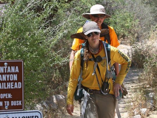Kara O'Brien y Jeff Mayhew, de la Asociación de Rescate