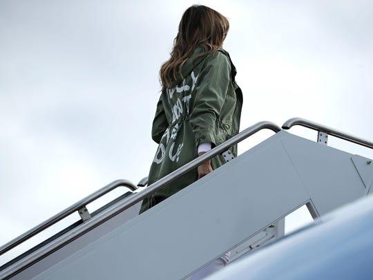 """La primera dama Melania Trump usó el jueves una chaqueta en la que decía """"Realmente no me importa, ¿a ti?"""" para abordar un vuelo a un centro que alberga niños inmigrantes separados de sus padres."""