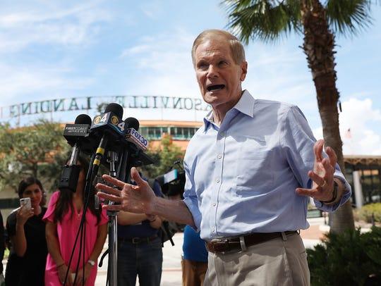 El senador por Florida Bill Nelson habla con los medios