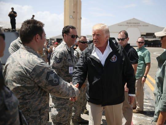 El presidente de EEUU Donald Trump saluda a un integrante