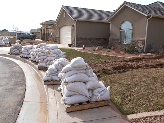 635559047380162330-0114-FLOODING-sandbags