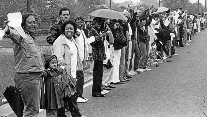 "People lined 38th St. east of Mitthoefer Rd singing ""America the Beautiful"" as they joined hands for the Hands Across American rally. May 25, 1986."
