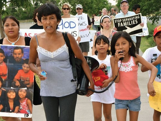 636463511285713287-Jeanette-Vizguerra-and-her-daughter-lead-chants.jpg