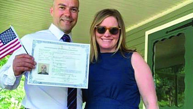 O brasileiro Oziel Osti, nas fotos, viu seu sonho de se tornar cidadão americano virar realidade na primeira cerimônia de naturalização realizada após a reabertura dos escritórios do Serviço de Imigração na quinta-feira, 4, em Lawrence.