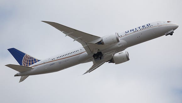 A Boeing 787-9 in the colors of United Airlines flies