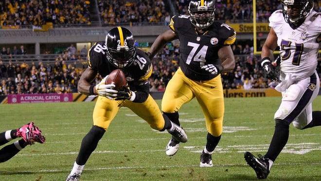 Pittsburgh Steelers running back Le'Veon Bell (26) heads for the end zone and a touchdown in the second quarter of an NFL football game against the Baltimore Ravens, Thursday, Oct. 1, 2015 in Pittsburgh. (AP Photo/Don Wright)