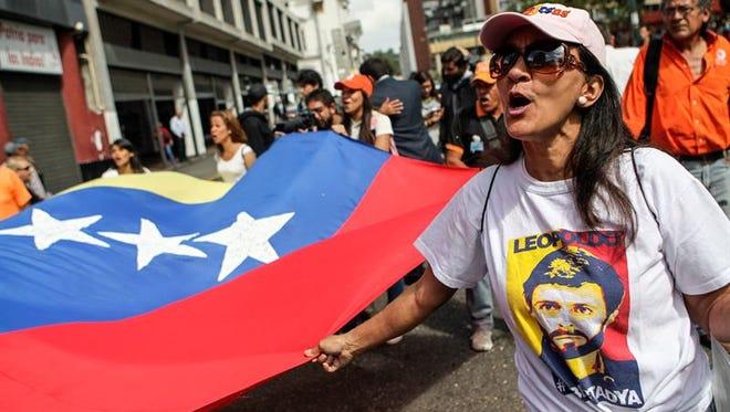 Simpatizantes del opositor venezolano Leopoldo López se reúnen durante una audiencia de apelación de López, jueves 7 de julio de 2016, afuera del Palacio de Justicia de Caracas (Venezuela).