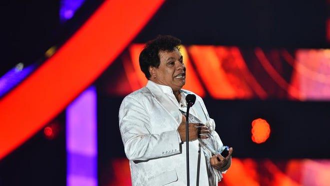 """El cantautor mexicano Juan Gabriel, que murió este domingo en su casa de Santa Mónica, en California, encabeza esta semana las principales listas de álbumes latinos de Billboard con su nuevo disco, """"Vestido de etiqueta por Eduardo Magallanes""""."""