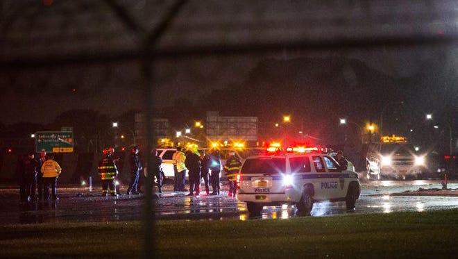 Personal de rescate se reúnen en la pista tras un incidente con el avión donde se transportaba el candidato Republicano a vicepresidente, Mike Pence, hoy, jueves 27 de octubre de 2016, en el Aeropuerto LaGuardia de Nueva York (EE.UU.).