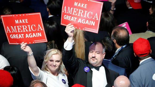 Seguidores de Donald Trump siguen los resultados de los comicios presidenciales en el New York Hilton Midtown de Nueva York (Estados Unidos).
