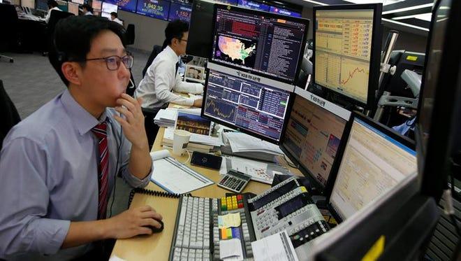 Corredores de bolsa surcoreanos trabajan en el KEB Hana Bank de Seúl (Corea del Sur) hoy, 9 de noviembre de 2016.