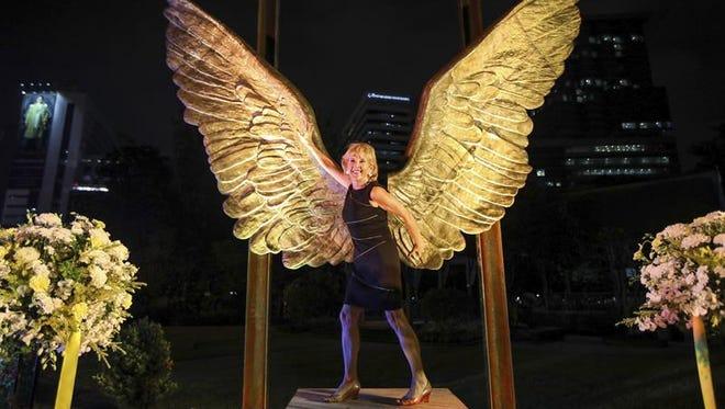"""Una mujer posa con la escultura itinerante """"Alas de México"""" del artista mexicano Jorge Marín, en el parque Lumpini de Bangkok, Tailandia, 23 de noviembre de 2016."""