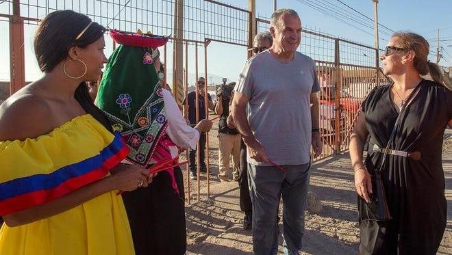 Fotografía del 15 de diciembre de 2016 del entrenador de fútbol argentino Marcelo Bielsa (c) durante un evento en Antofagasta, localidad distante a 1.340 km. al norte de Santiago (Chile).