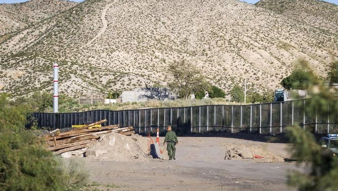 Un muro requeriría la confiscación de tierras de ganadería cerca del Río Grande, y varios congresistas republicanos de Texas expresaron al diario su preocupación por el hecho de que el Gobierno federal expropiara a familias que en muchos casos han mantenido esas tierras por generaciones.