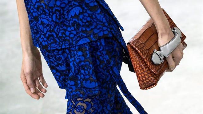 La organización estadounidense por los derechos de los animales PETA denunció hoy la muerte violenta de miles de cocodrilos en Vietnam en granjas que proporcionarían pieles a la compañía matriz de la firma de moda de lujo Louis Vuitton, LVMH.