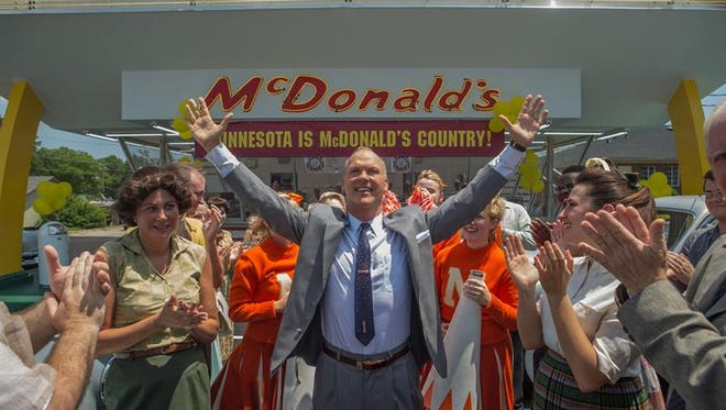 """Fotograma cedido por The Weinsten Company hoy, jueves 12 de enero de 2017, de la película """"The Founder"""", del actor Michael Keaton (c) caracterizando a Ray Kroc, el hombre que convirtió McDonald's en la multinacional que es hoy día. El actor Michael Keaton presentó hoy en Los Ángeles, California (Estados Unidos) """"The Founder"""", un relato sobre cómo Ray Kroc, un empresario en aprietos económicos, logró que McDonald's pasara de ser un sencillo restaurante de comida rápida a convertirse en una de las marcas más populares del mundo."""