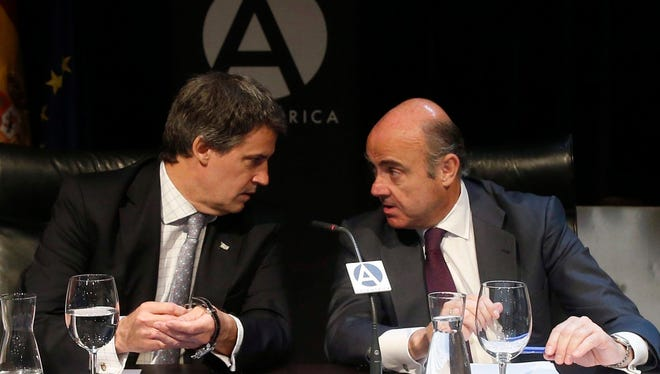 Argentinian Finance Minister, Alfonso Prat-Gay (left), and Spanish Minister of Economy, Luis de Guindos attend the Tribuna America forum in Madrid, Spain, 31 May 2016. Spanish Minister de Guindos highlighted Argentina's efforts to overcome structural reforms to get back to the economic and political stability.