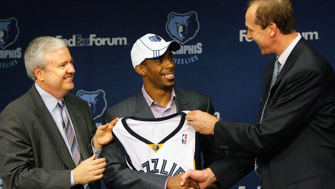 Grizzlies GM Chris Wallace, left, and coach Marc Iavaroni introduce new Grizzlies point guard Mike Conley Jr. at a press conference on June 30, 2007.
