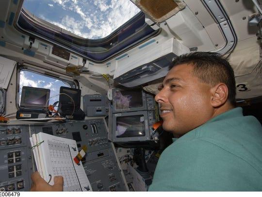 El astronauta José Hernández, especialista de la misión