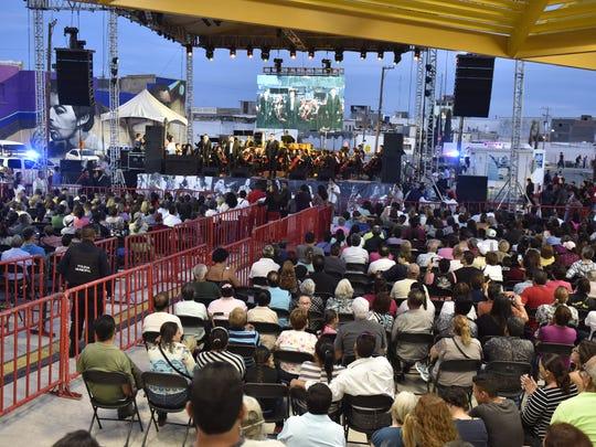 Juárez Mayor Javier González Mocken unveiled a commemorative plaque at the new Gran Plaza Juan Gabriel on Thursday.