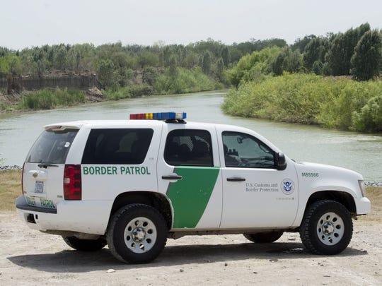 Un vehículo de la Guardia Fronteriza patrulla por el